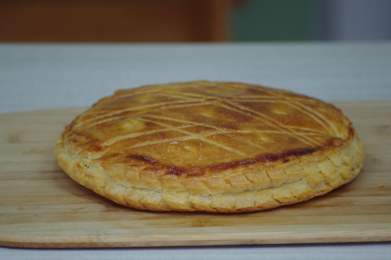 Delicioso bolo francês de amêndoa (Frangipane)